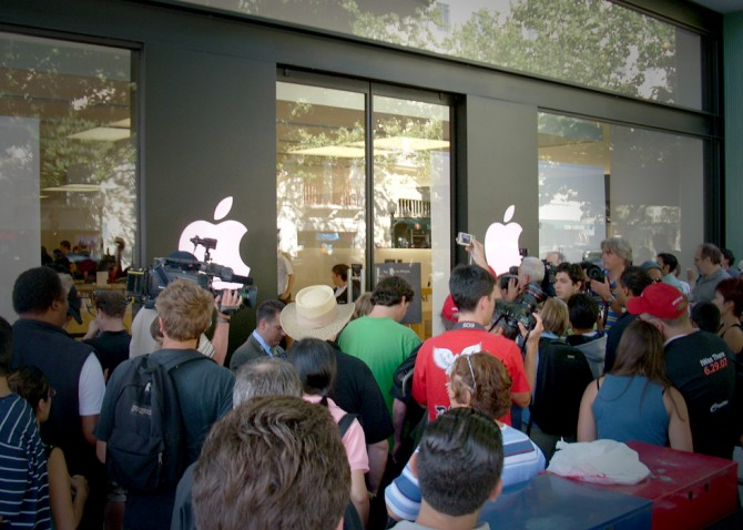 Image (1) Apple-Stores-a-typical-product-launch-670x478.jpg for post 67978