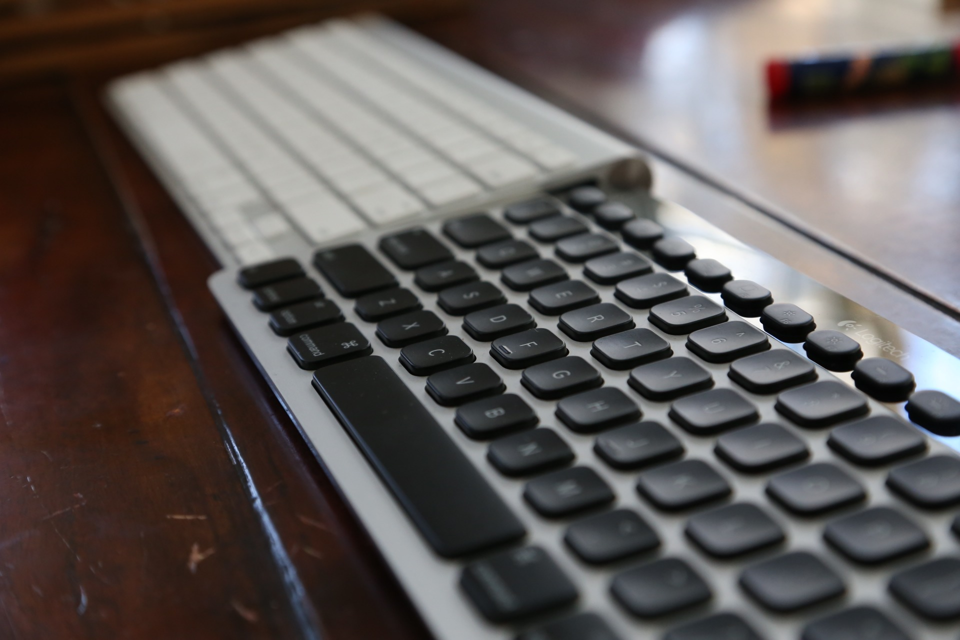Logitech-k811-vs-apple-wireless-keyboard