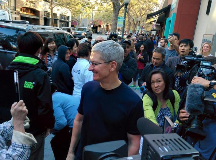 Tim Cook recently visited Palo Alto Apple Store alongside Steve Dowling