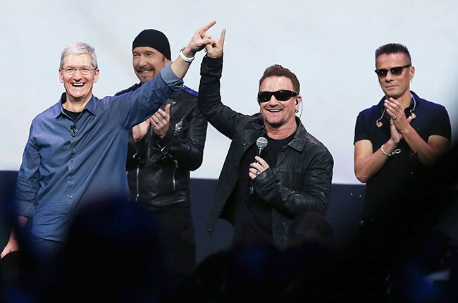 Tim-Cook-Bono-Finger-Bang