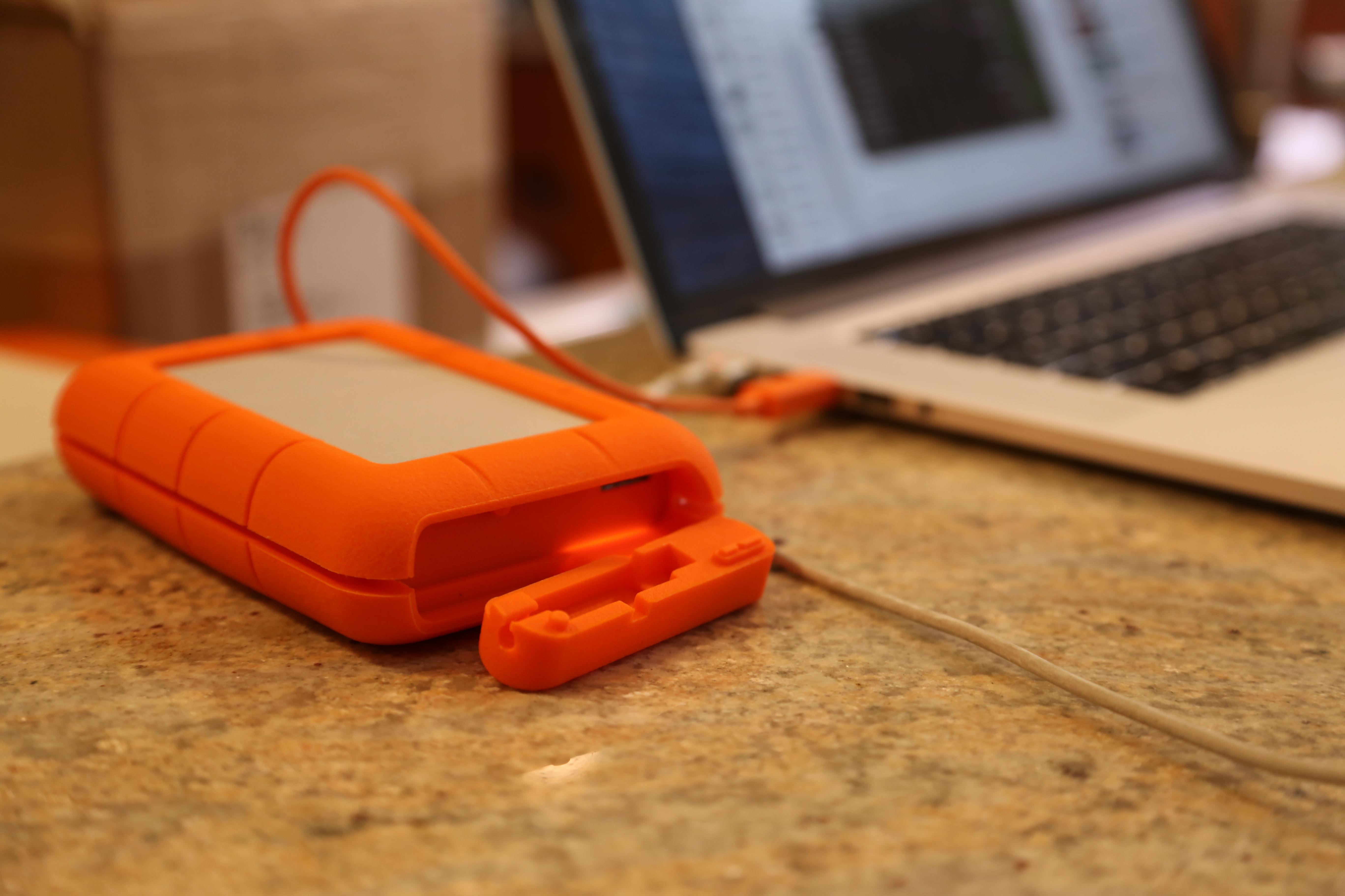 LaCie-Rugged-4TB-USB Plug-Thunderbolt-2