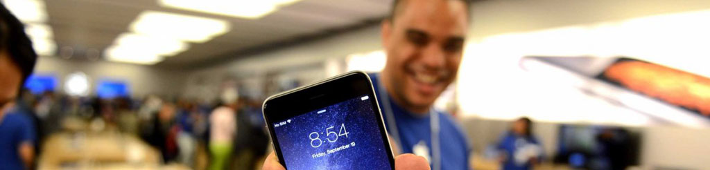 apple-store-employee-with-iphone-6-12