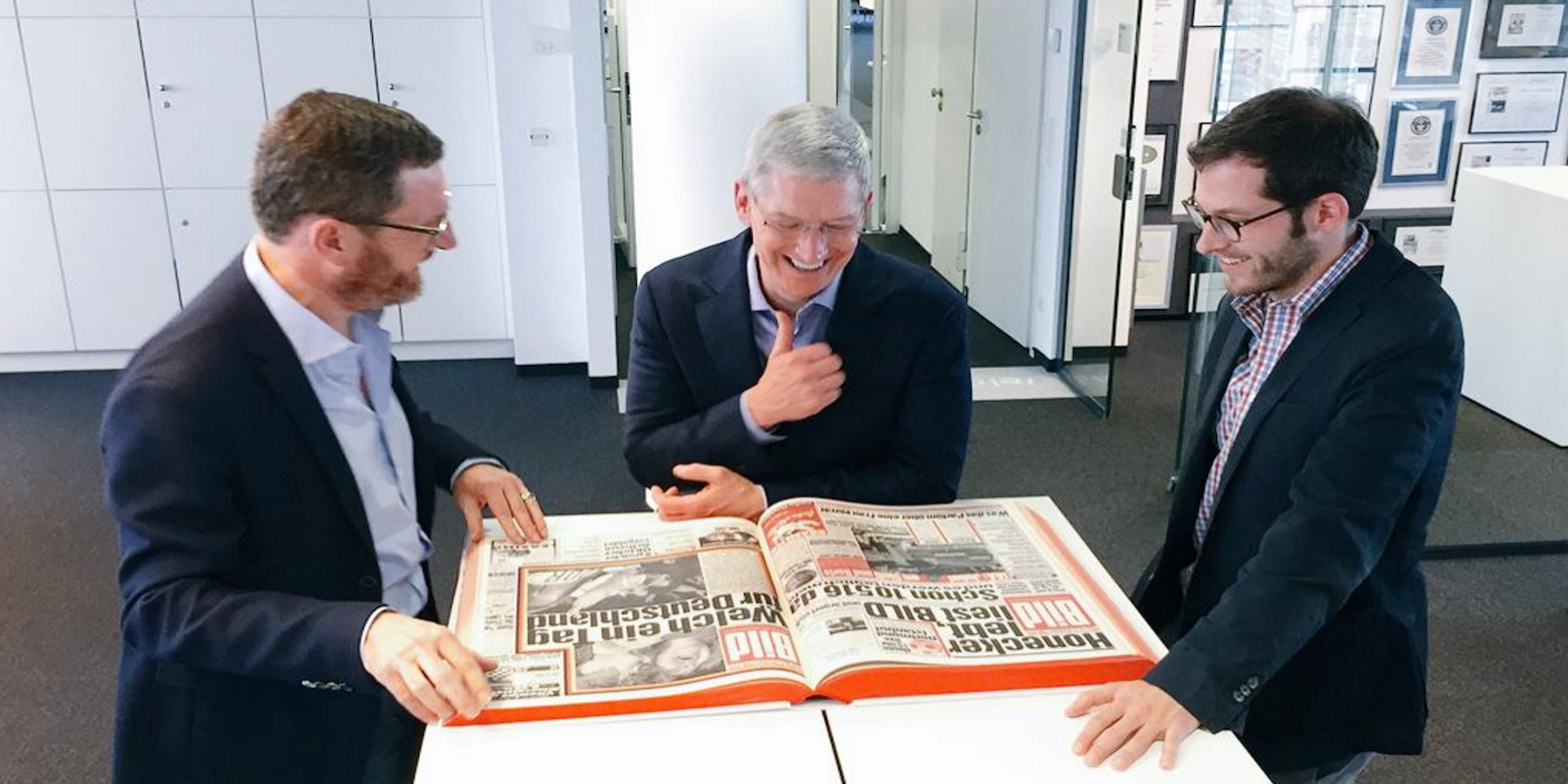 Tim-Cook-reading