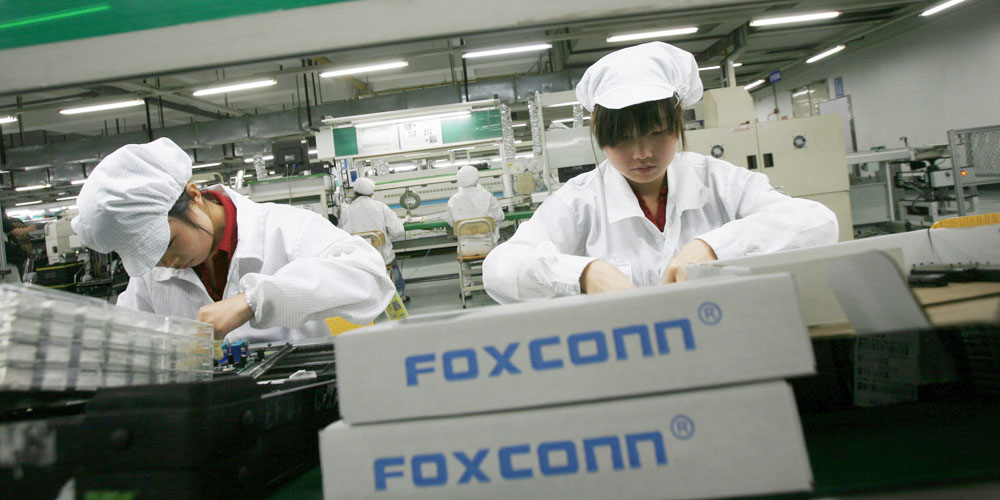 Workers are seen inside a Foxconn factory in the township of Longhua in the southern Guangdong province in this May 26, 2010 file photo. A broad and bruising downturn is sweeping through China's giant manufacturing sector, ensnaring thousands of factories already fighting for survival in the face of plunging profit margins. To match Feature CHINA-ECONOMY/FACTORIES REUTERS/Bobby Yip/Files (CHINA - Tags: BUSINESS EMPLOYMENT)