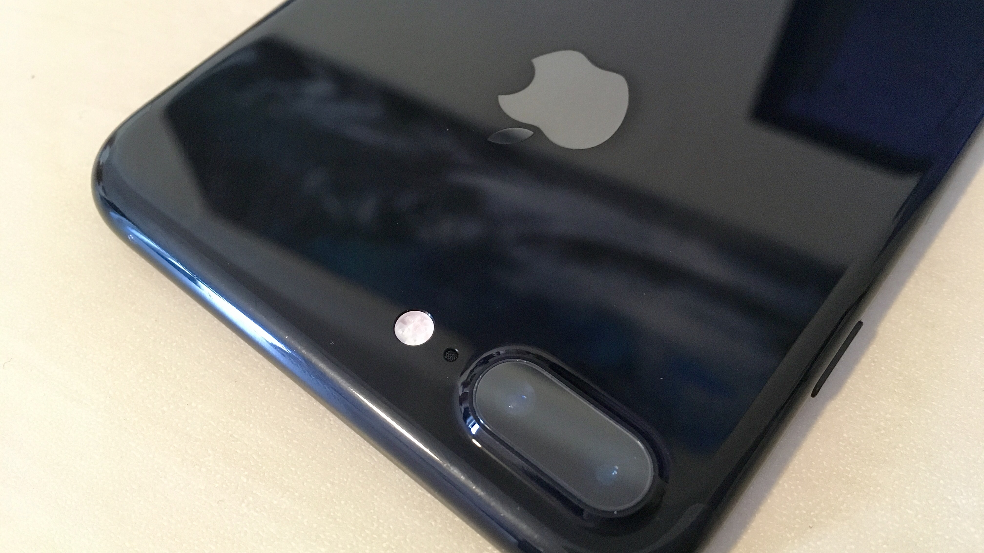 new concept 4623b d5b84 Here's how the jet black iPhone 7 finish holds up without a case ...