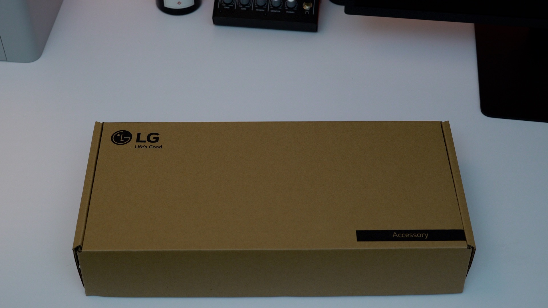 lg-ultrafine-5k-display-accessory-box