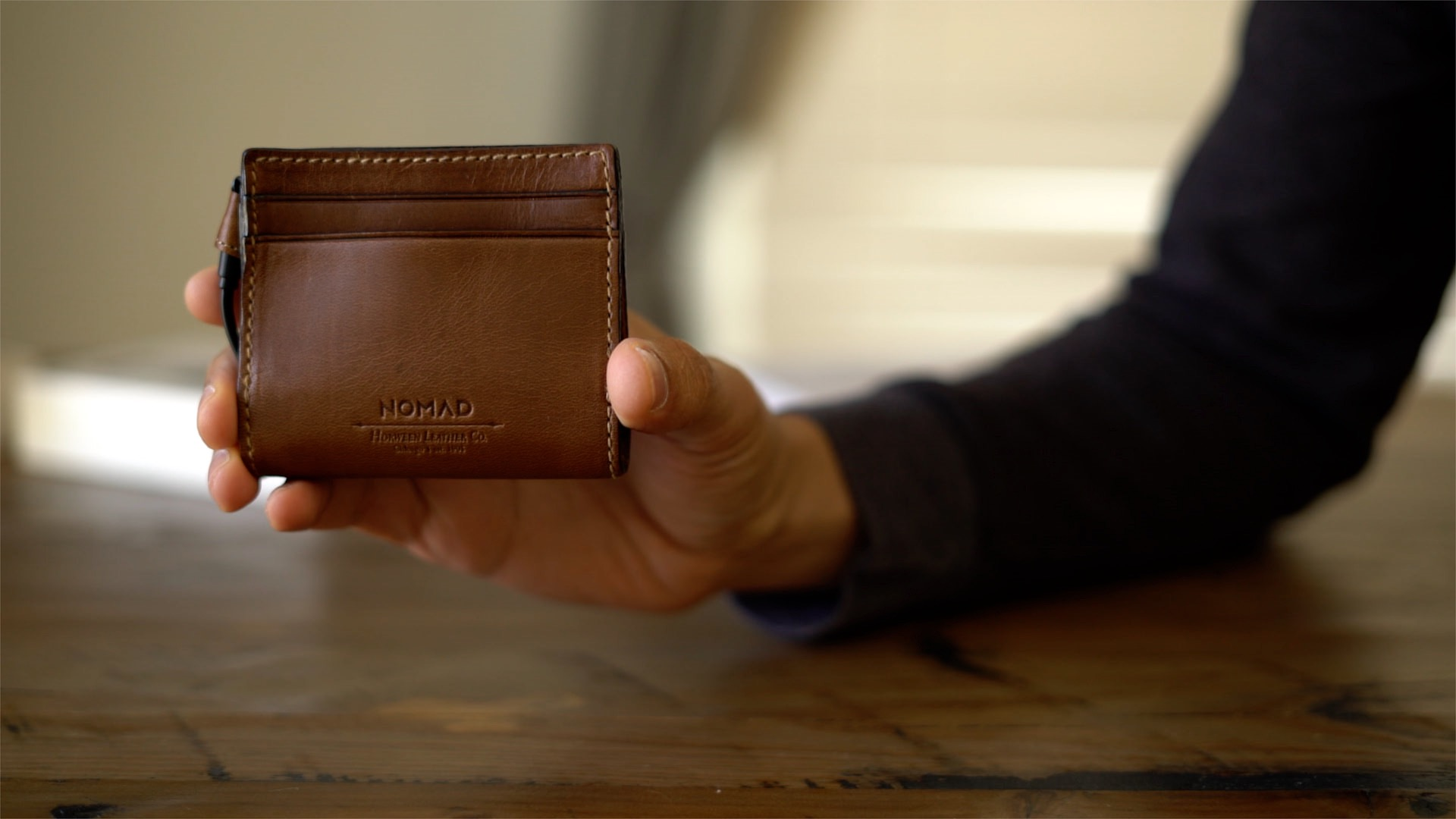 nomad-leather-wallet-integrated-battery-mfi-lightning-hands-on-02