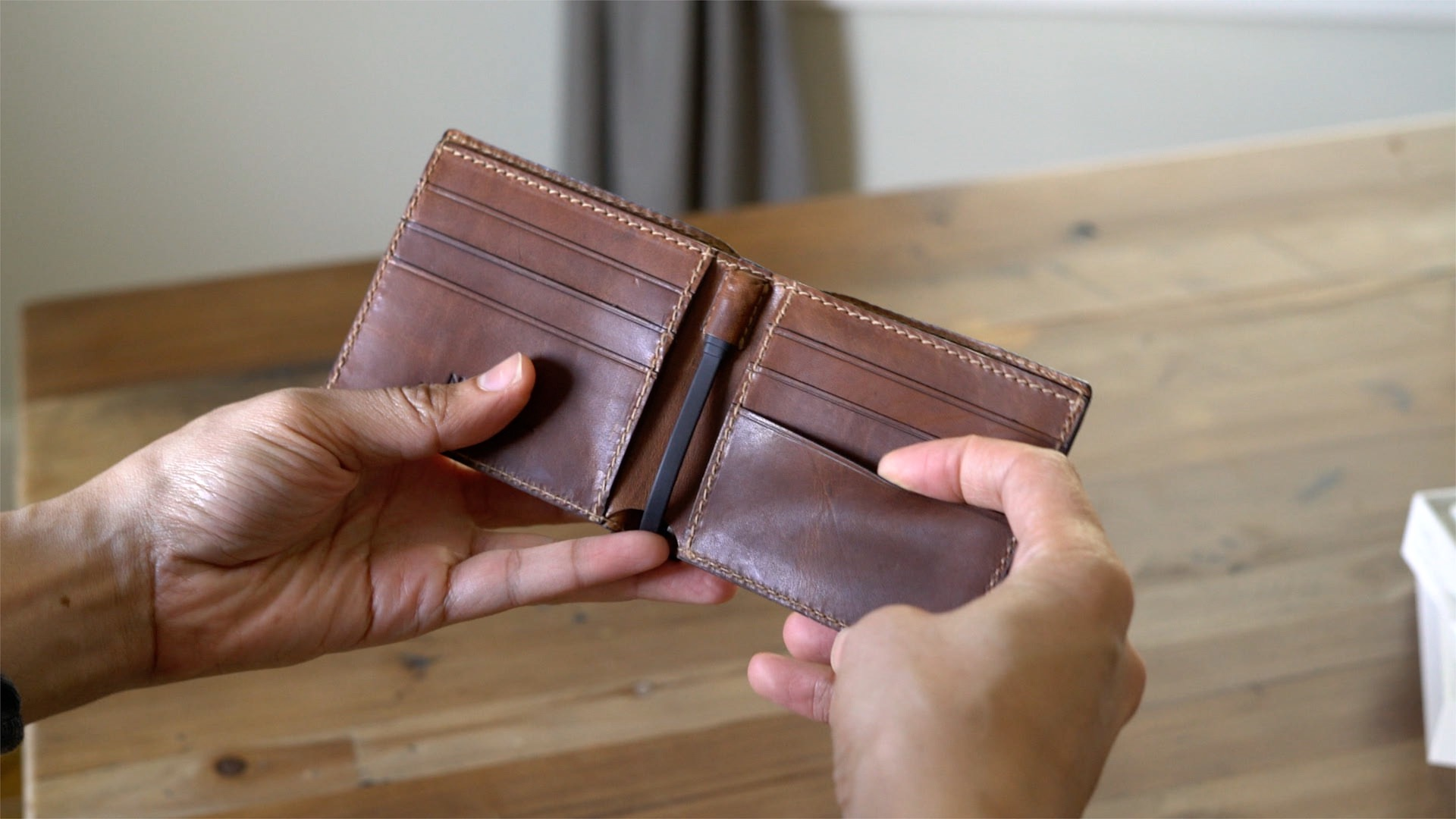 nomad-leather-wallet-integrated-battery-mfi-lightning-hands-on-07
