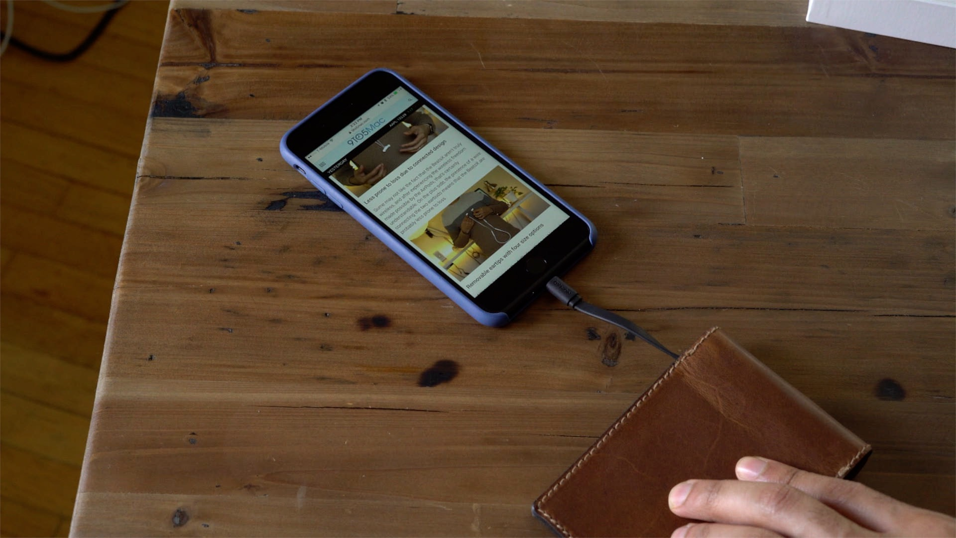 nomad-leather-wallet-integrated-battery-mfi-lightning-hands-on-08