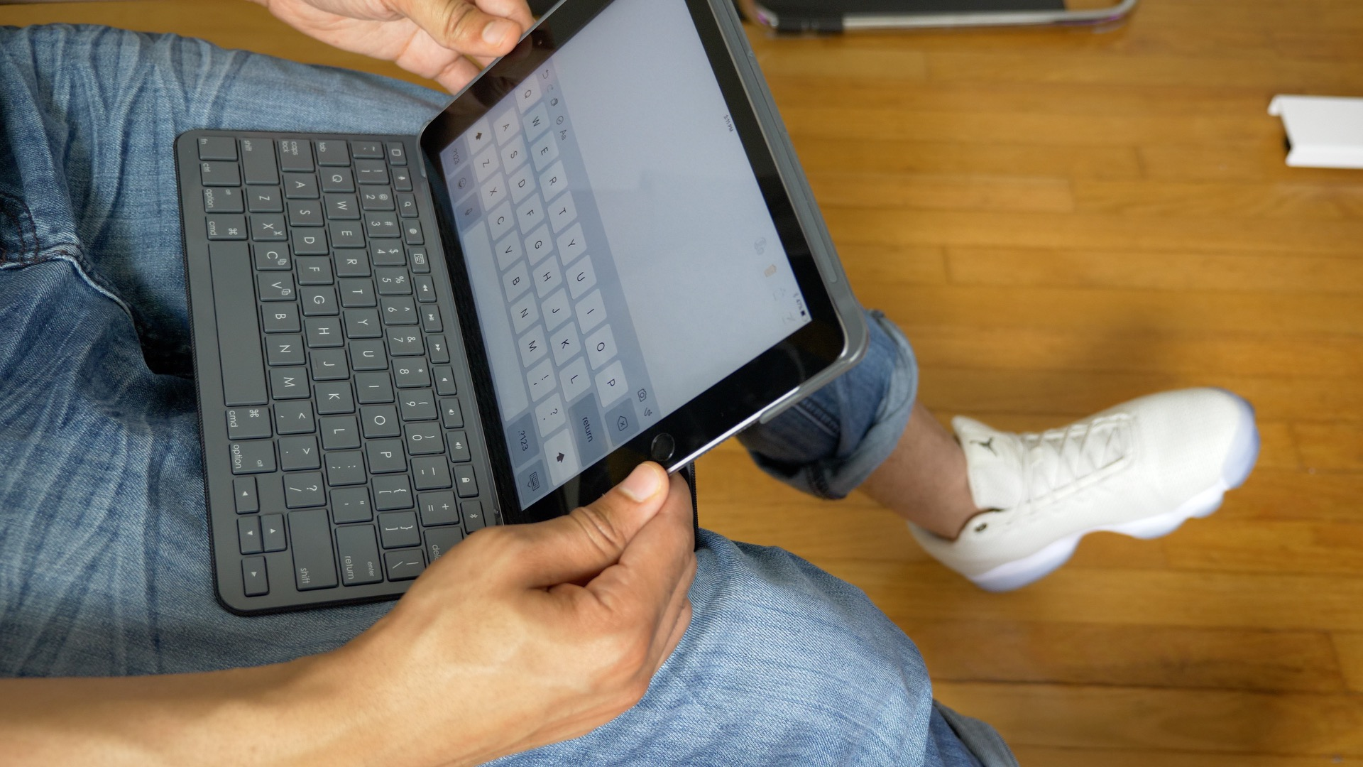 hot sale online f0fa7 0090c Hands-on: Logitech's Slim Folio keyboard case for 2017 iPad never ...
