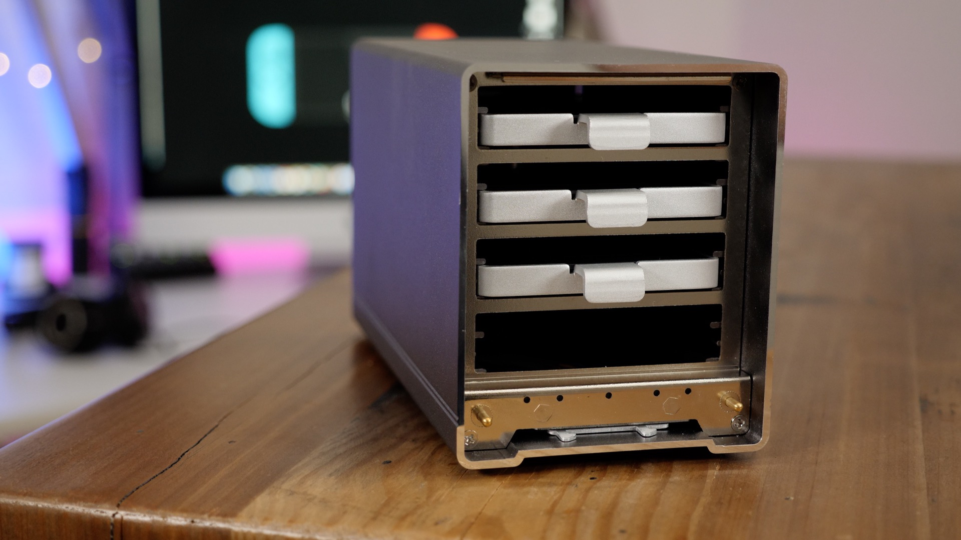Four drive bays support four SSDs or four HDDs