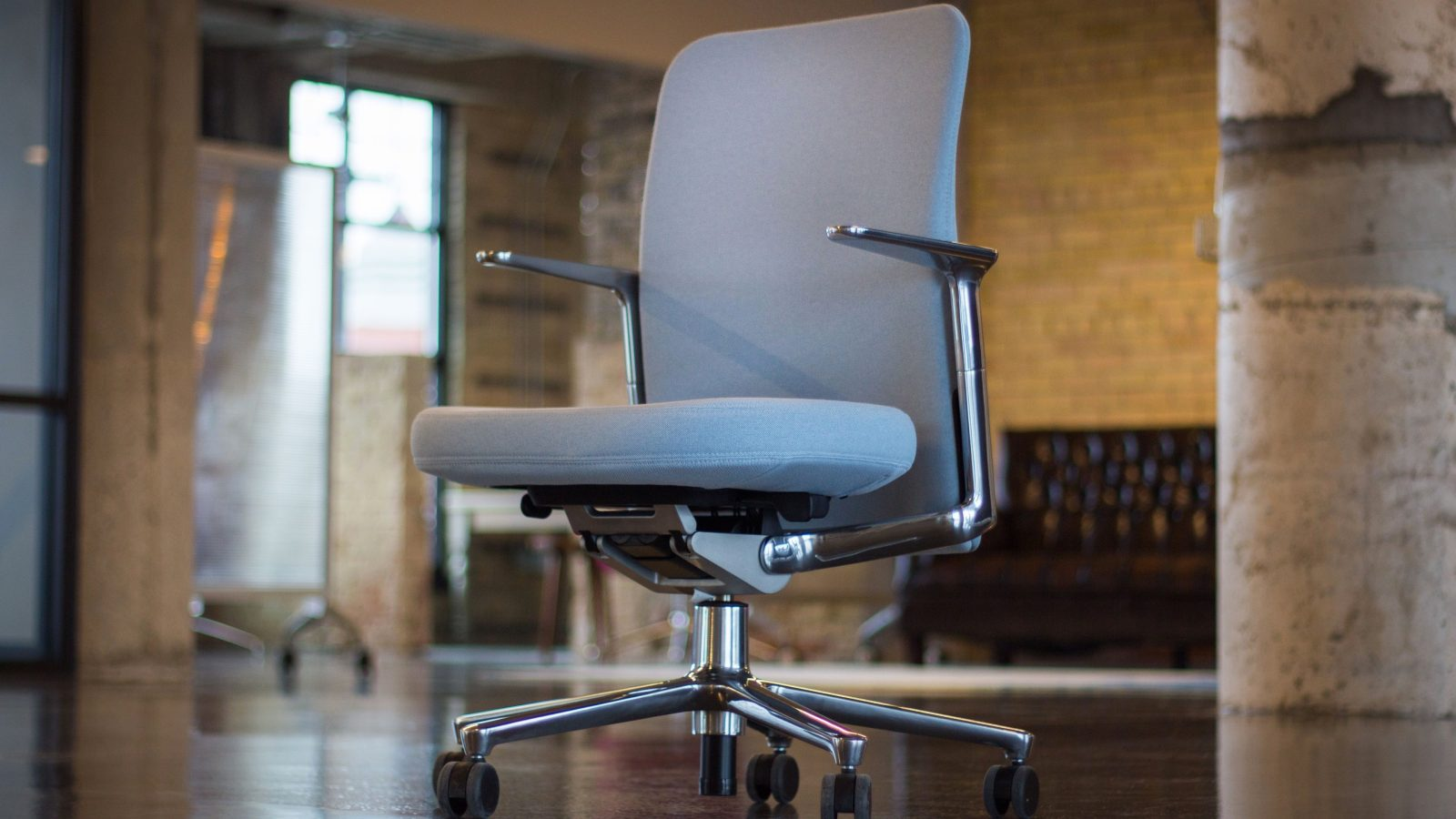 Review Living With Vitra S Pacific Chair Jony Ive Choice For Le Park