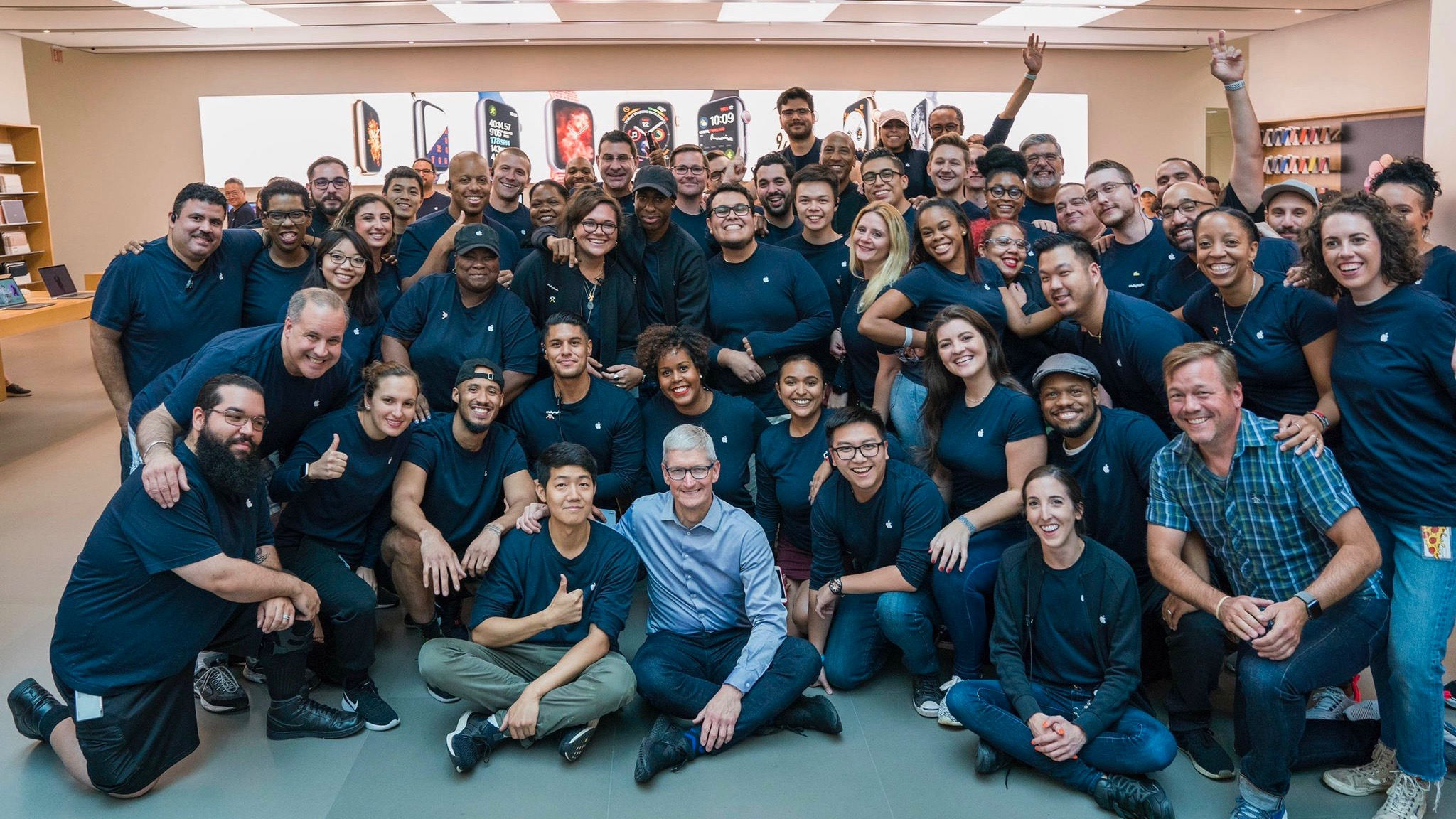 tim cook visits soho apple store ahead of iphone xs apple watch series 4 launch