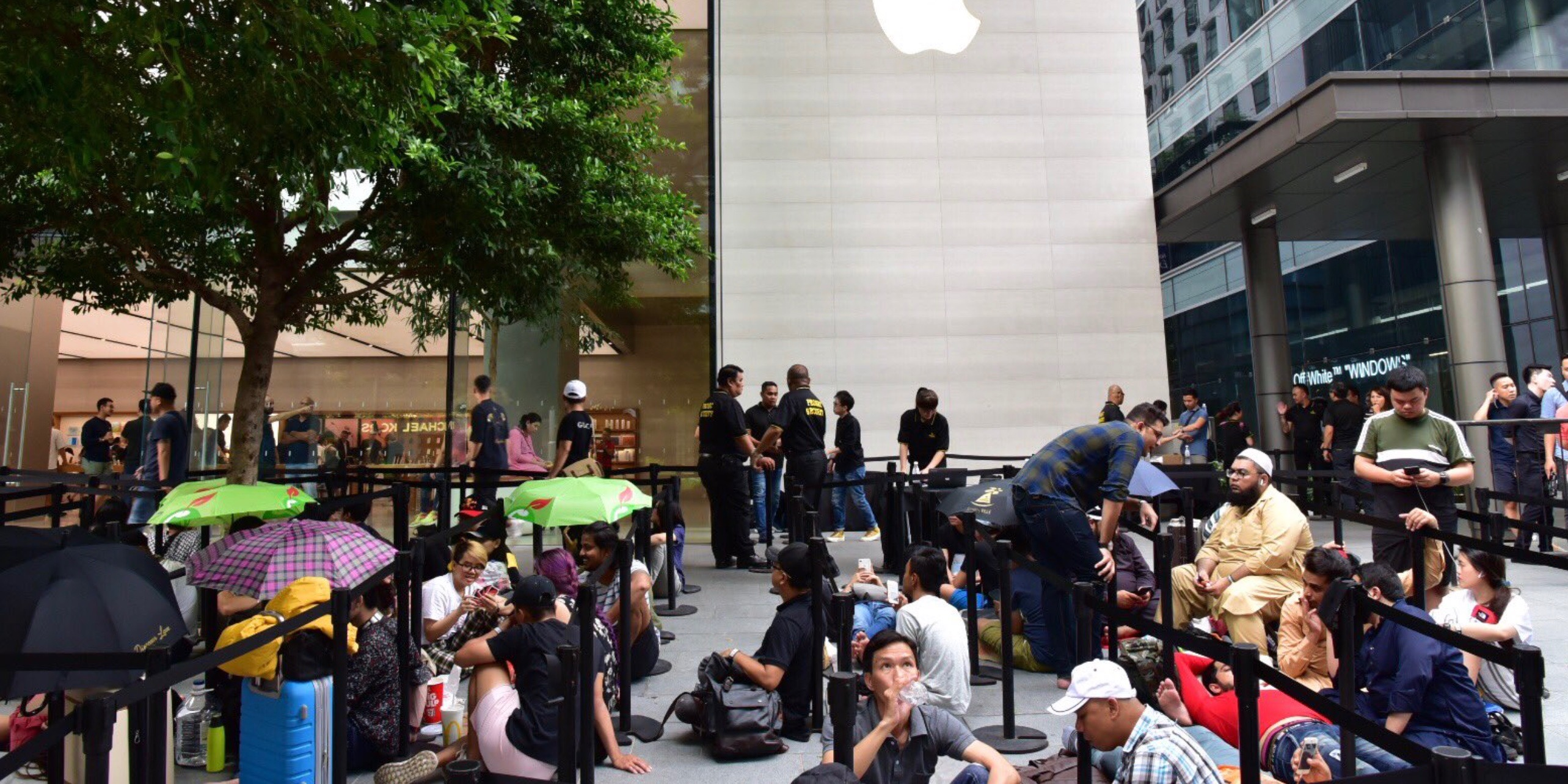 customers begin lining up at apple stores for apple watch series 4 iphone xs