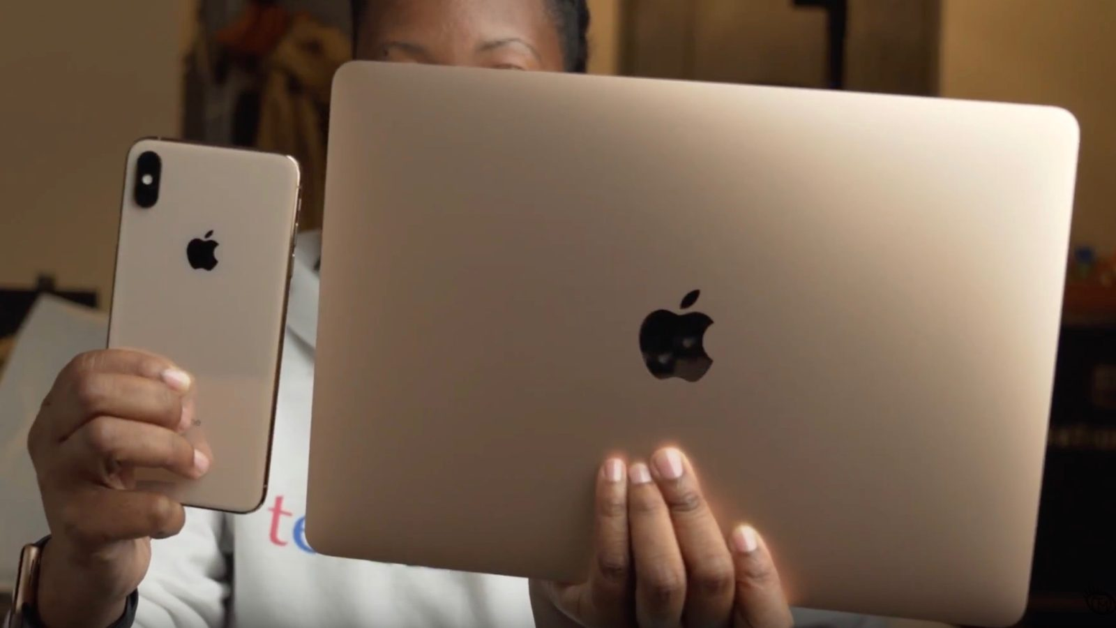 First Retina MacBook Air unboxing videos show color-matched Apple stickers, 30W charger, more
