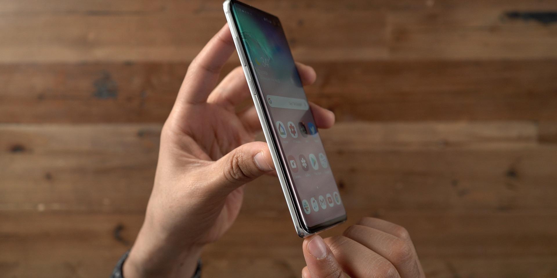 Galaxy S10+ vs iPhone Edge Display