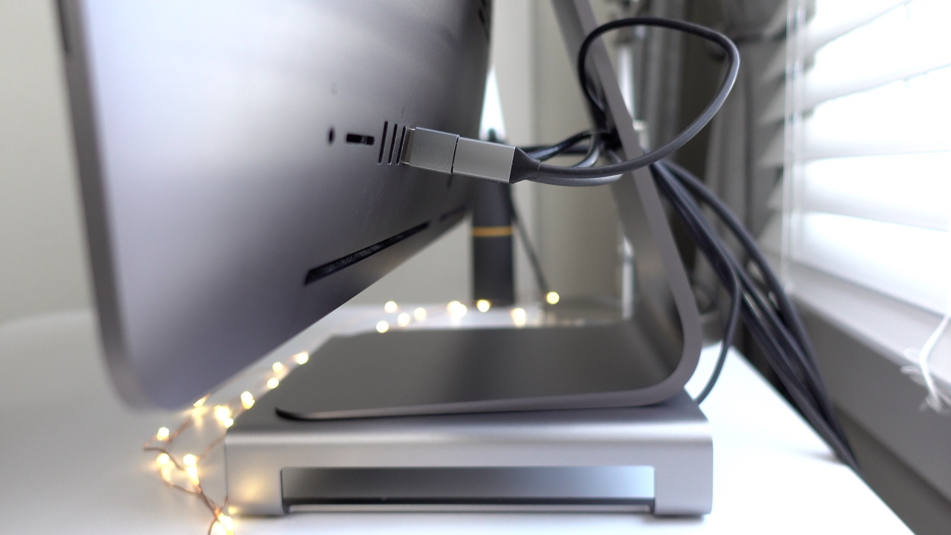 Satechi iMac Stand hub connecting to iMac Pro via USB