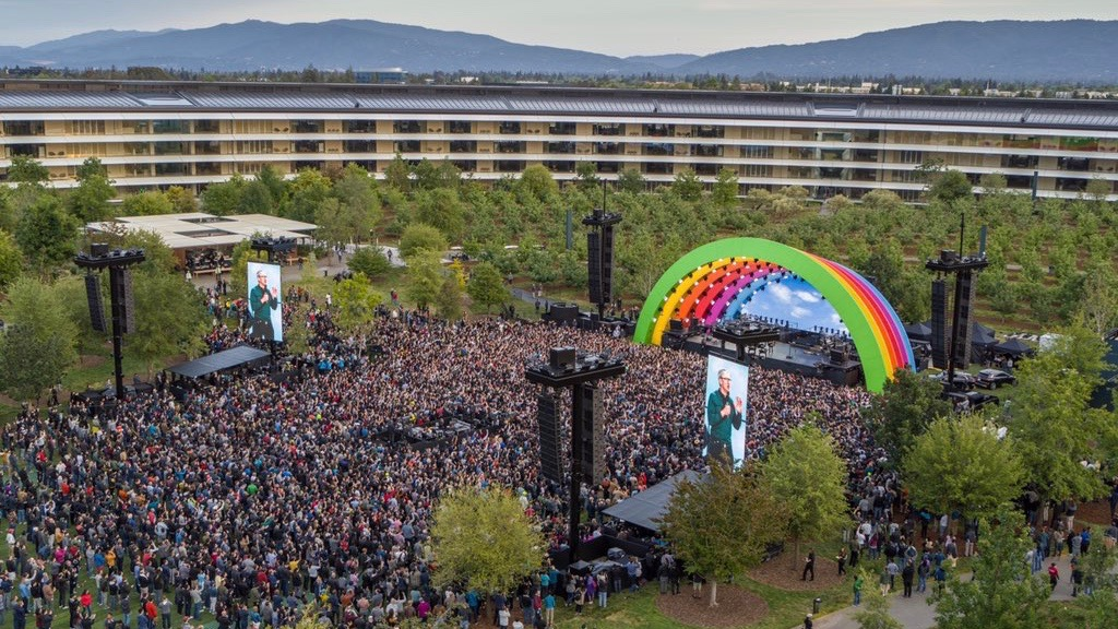 Photos: Apple holds Apple Park opening ceremony and tribute to Steve Jobs - 9to5Mac thumbnail