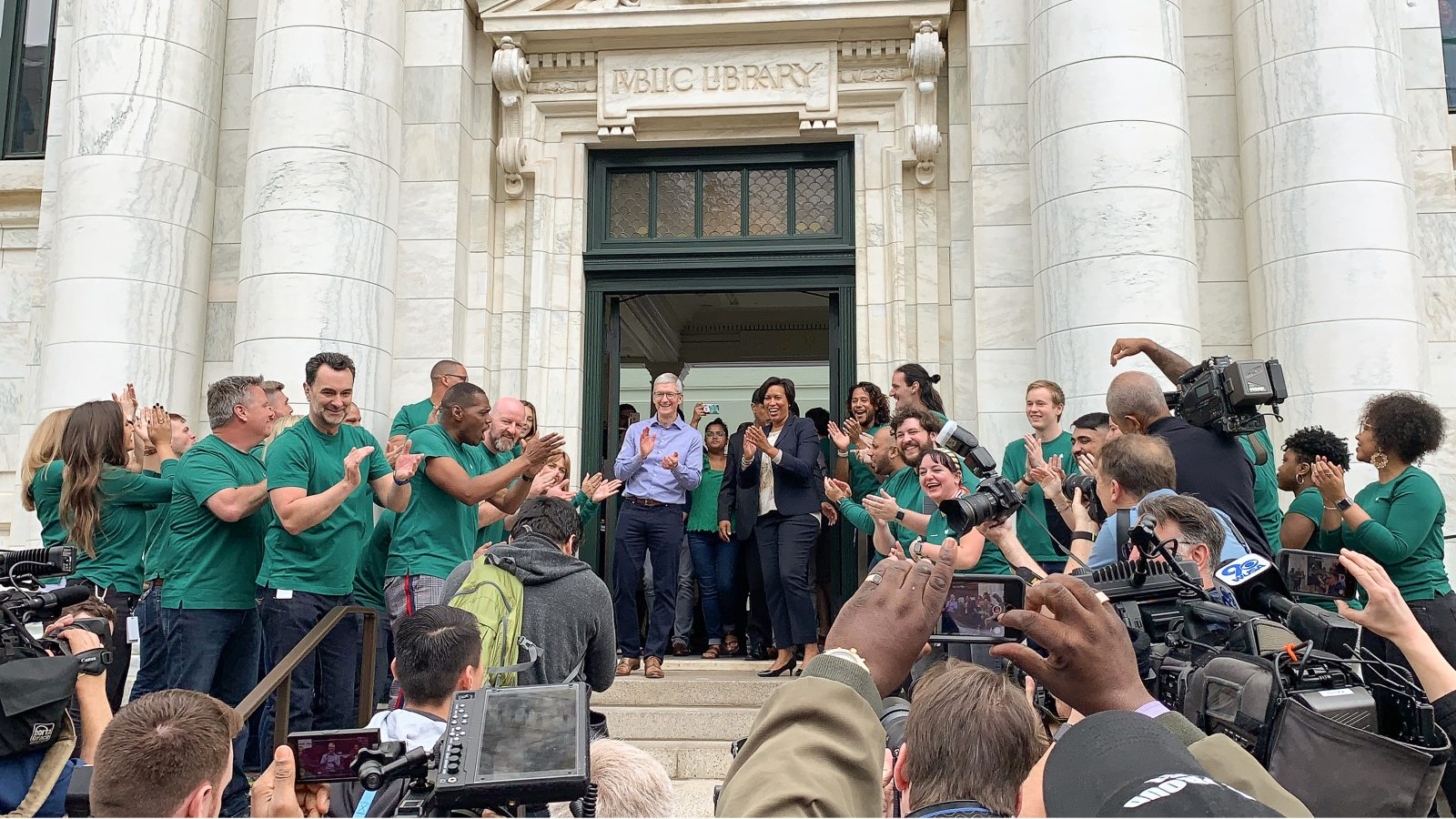 photo of Tim Cook and D.C. Mayor Muriel Bowser greet customers at the grand opening of Apple Carnegie Library image