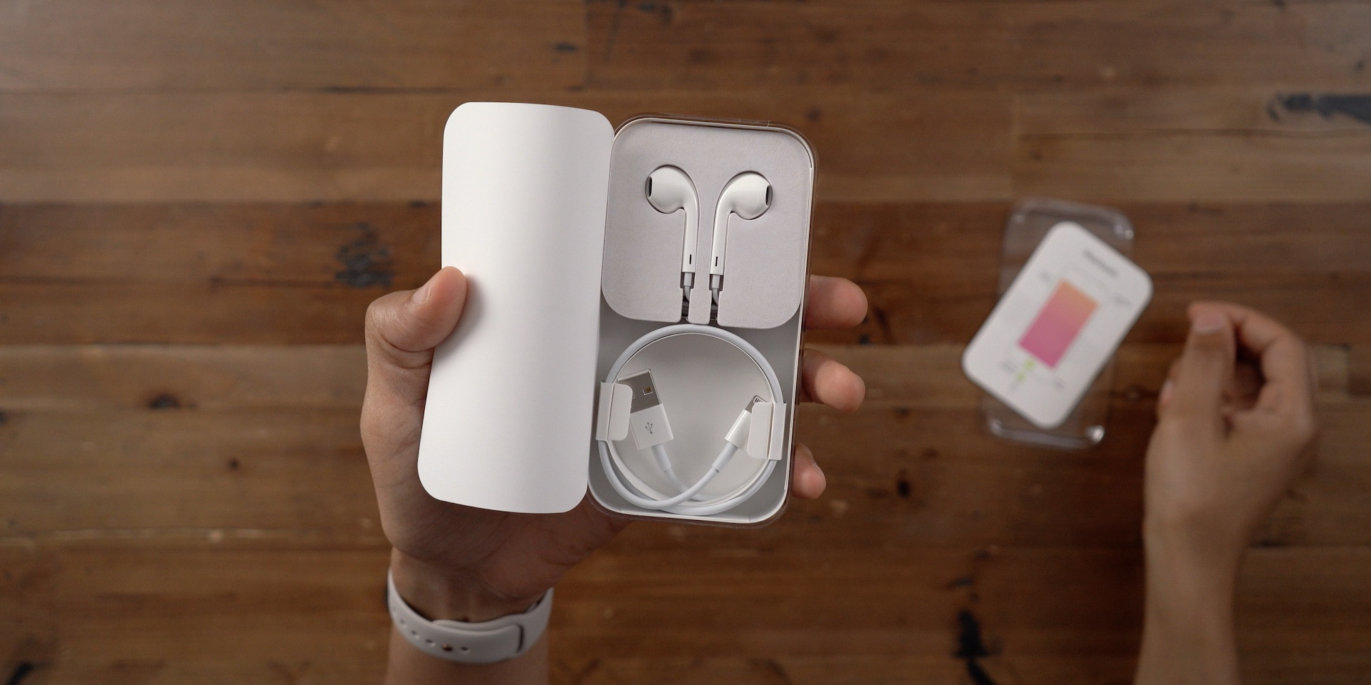 Unboxing iPod touch 7 headphones and Lightning cable