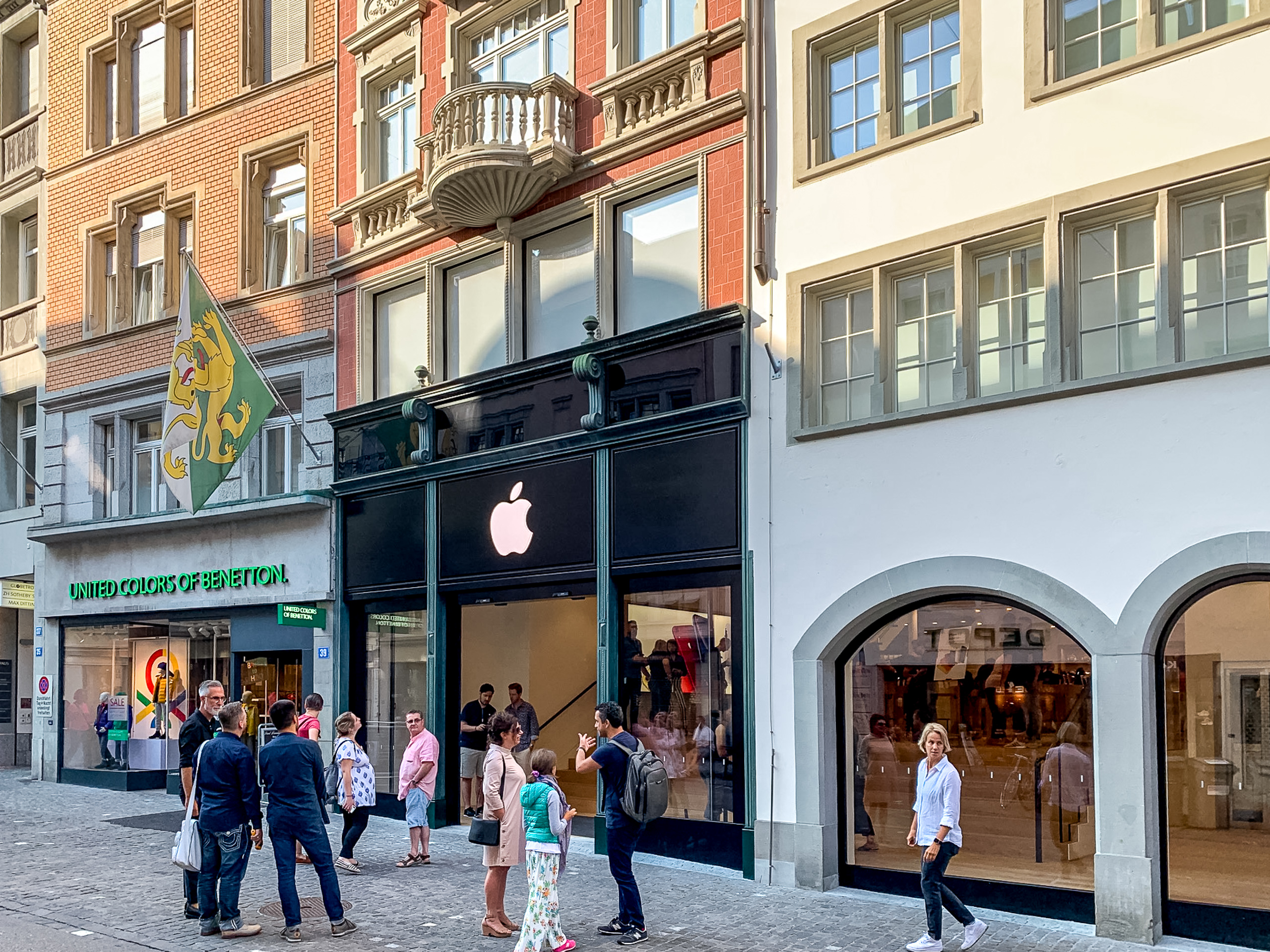 new rennweg apple store replaces bahnhofstrasse location