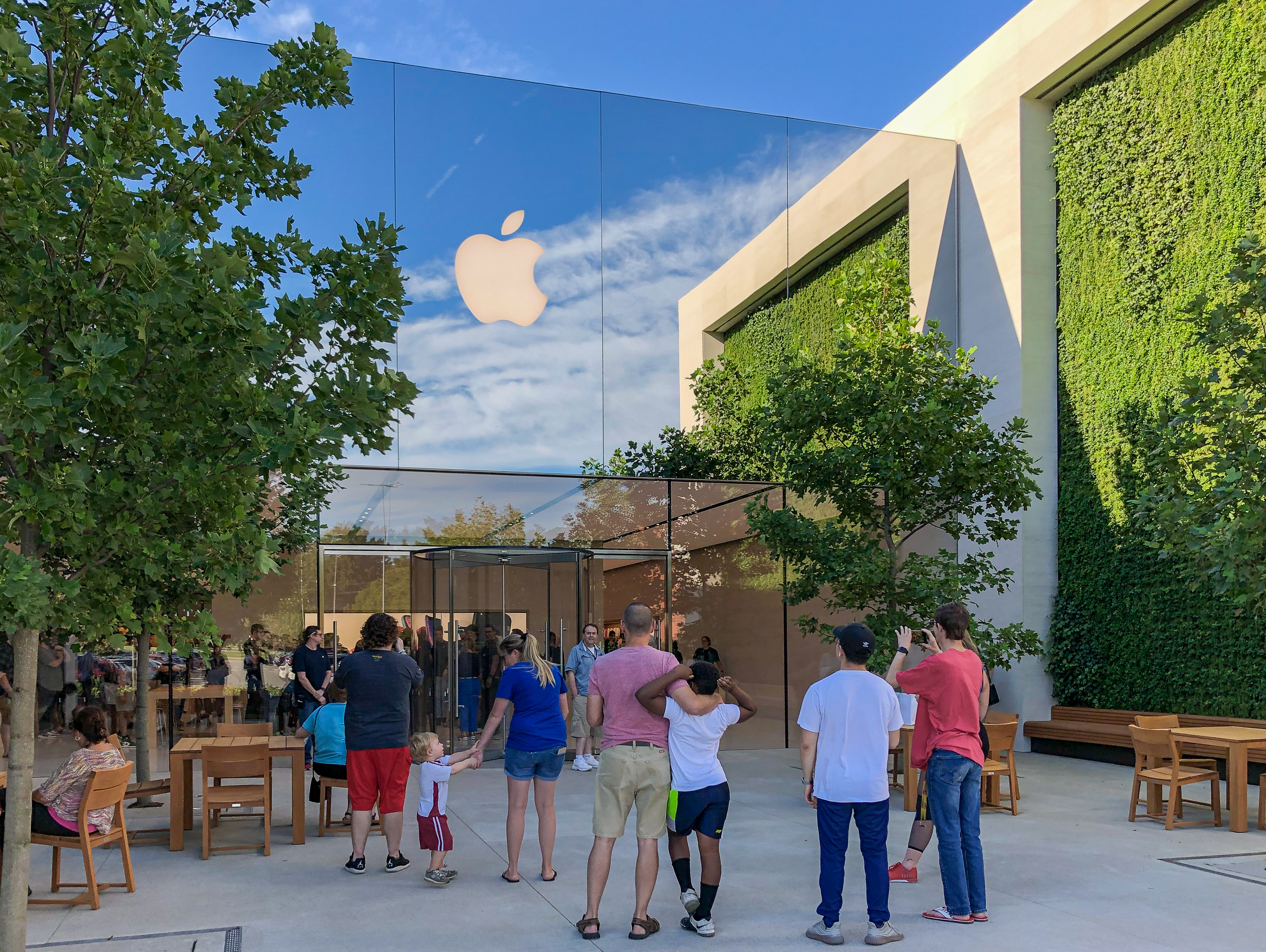 New Apple Stores open in Louisville and The Woodlands: green walls, mirrored facade, more