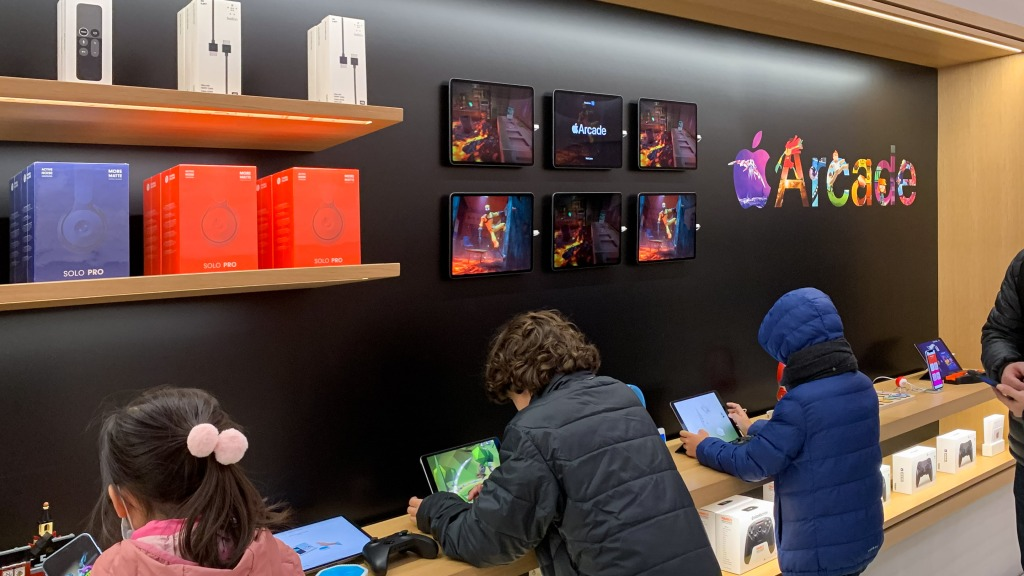 Apple Store displays redesigned with greater Apple Arcade focus