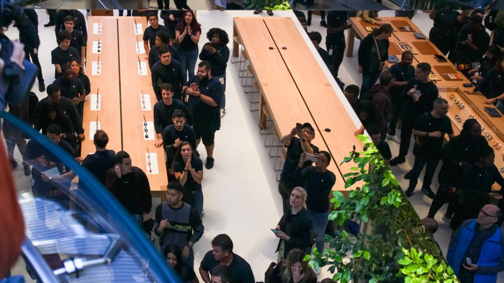 photo of COVID-19: How do Apple Store procedures compare to other leading retailers? image