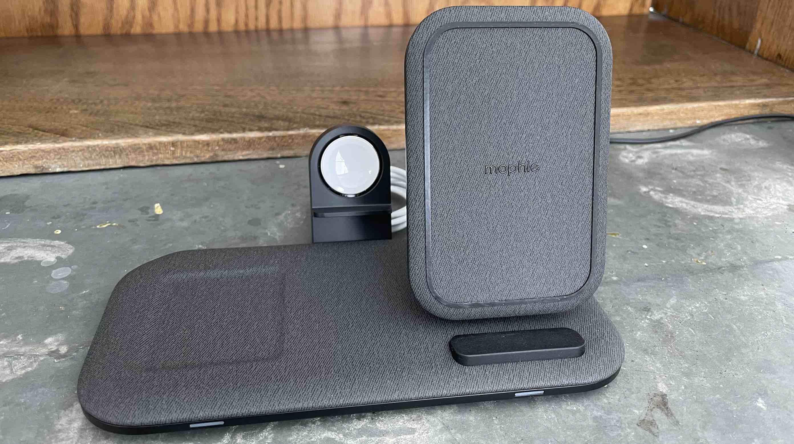 Primer plano de la estación de carga Mophie + para Apple Watch, iPhone, AirPods