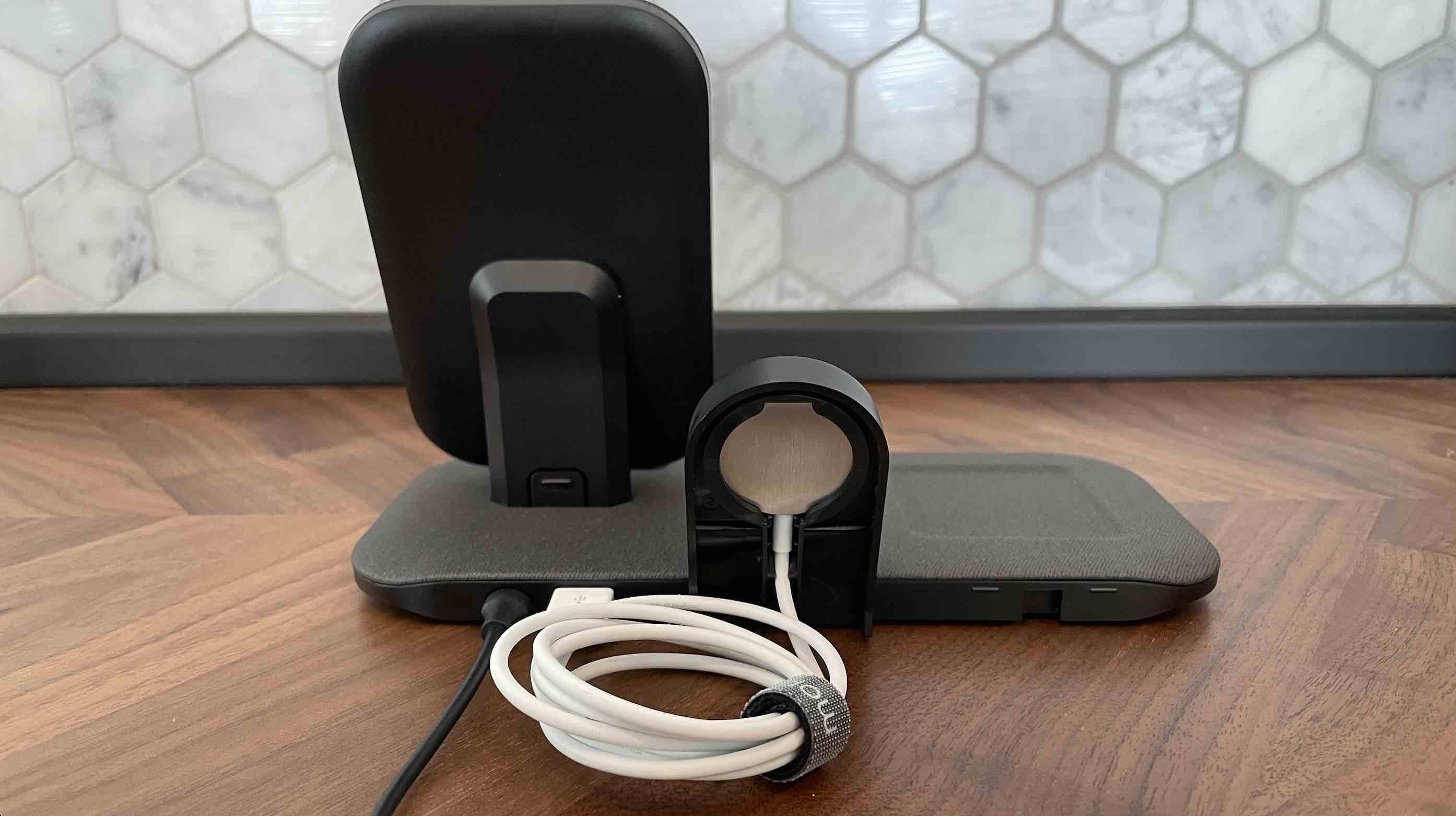 Vista trasera de la estación de carga Mophie + para Apple Watch, iPhone, AirPods