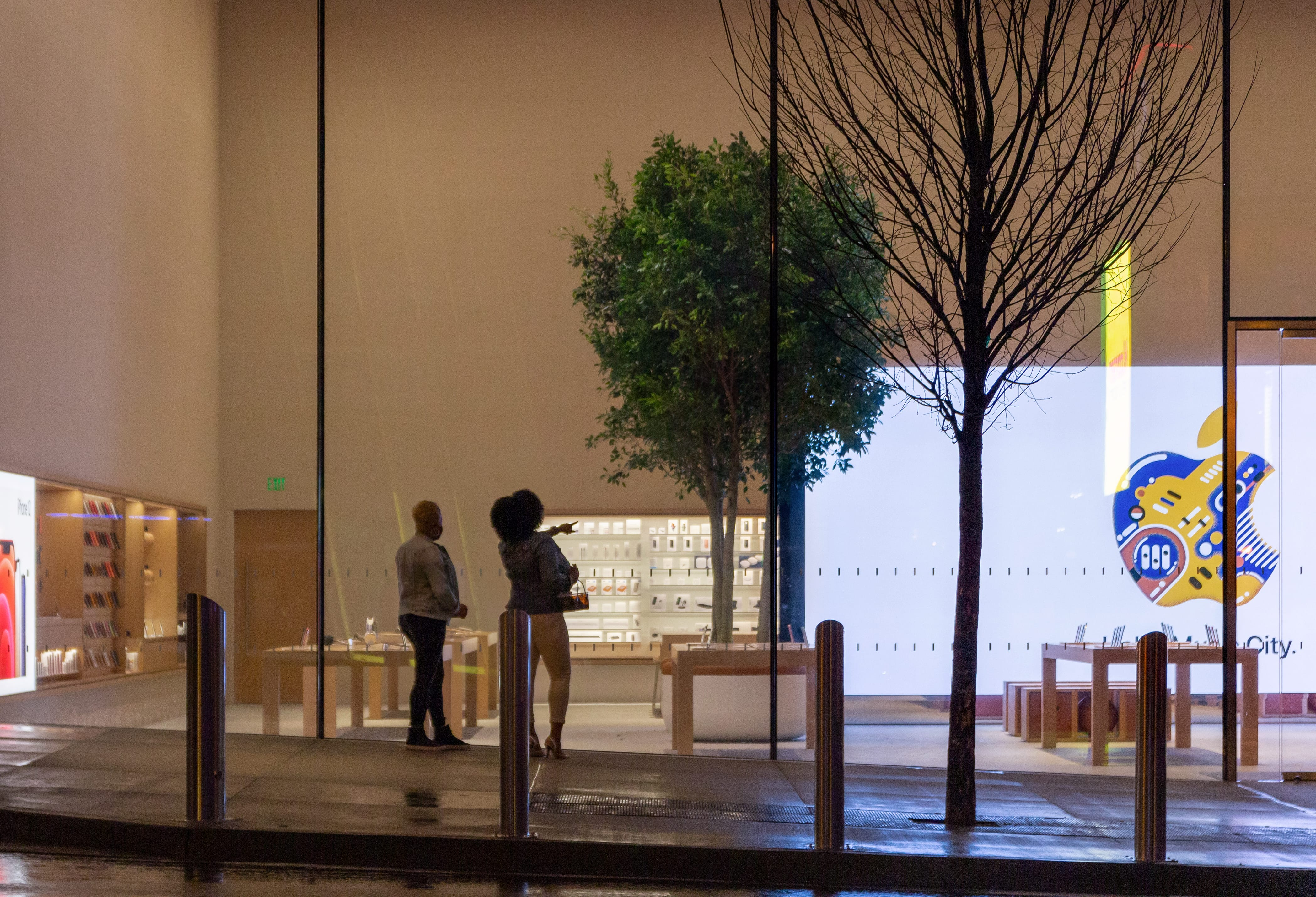 People look through the windows at Apple Downtown Nashville