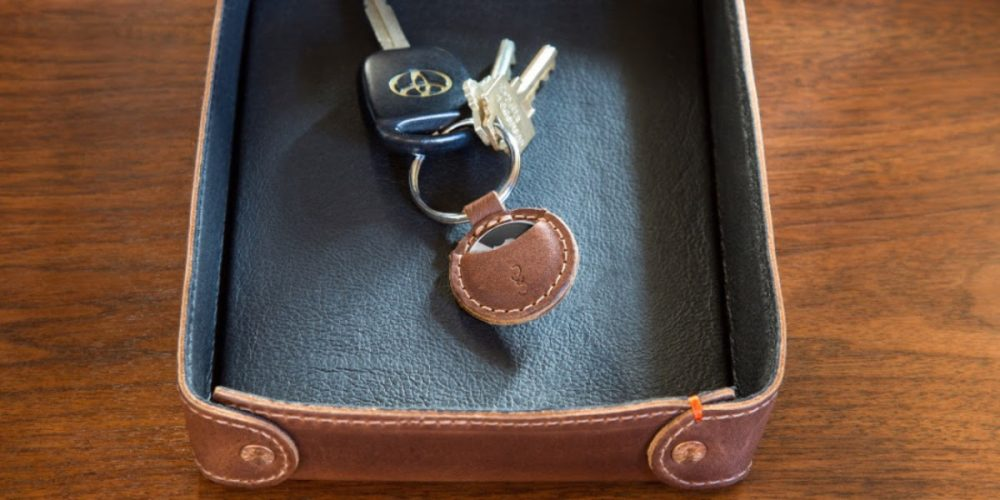 Pad Quill leather AirTags keychain case
