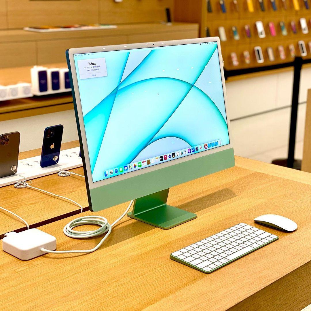 iMac verde, resaltando los accesorios de combinación de colores y el nuevo adaptador de corriente