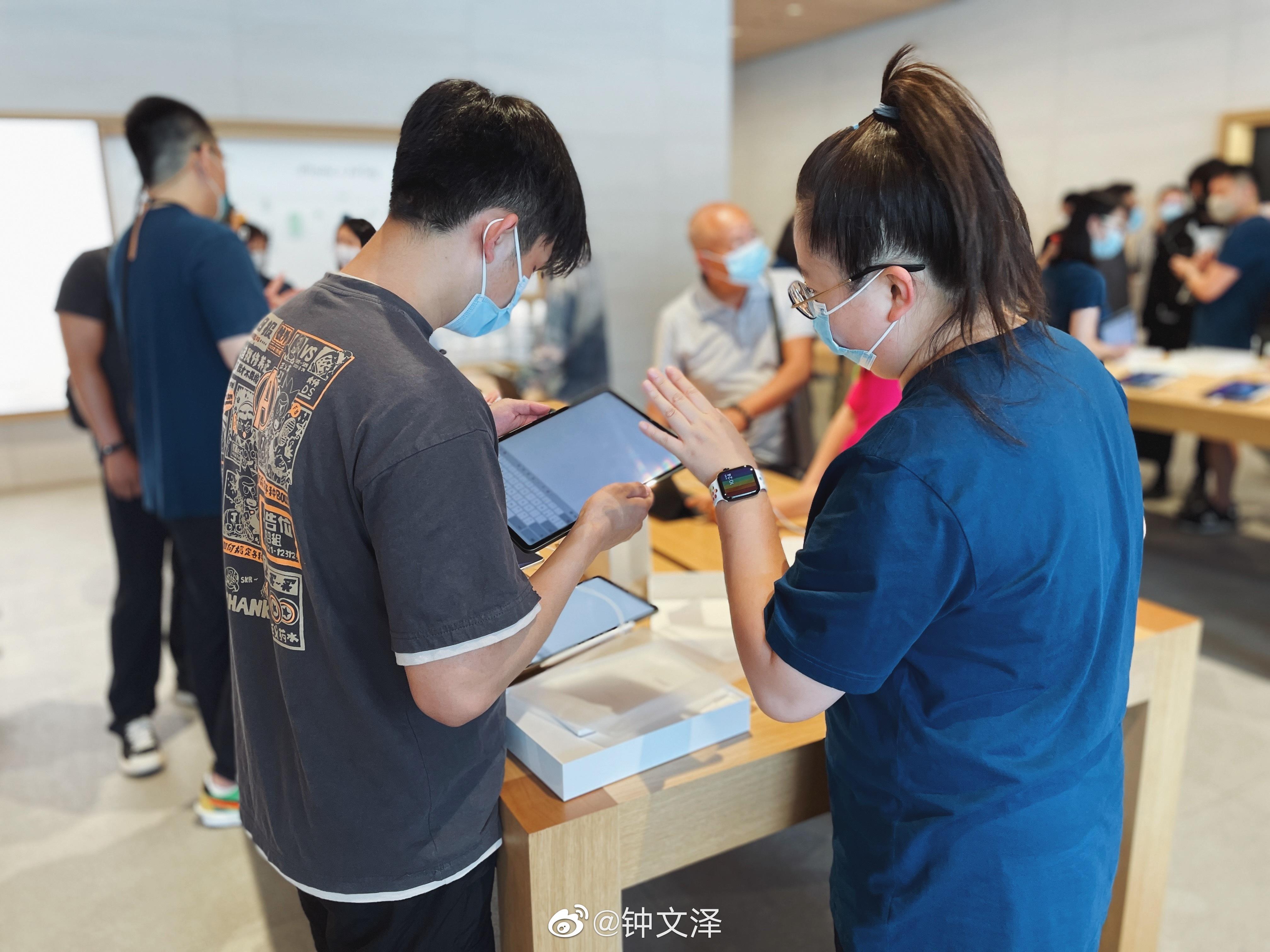 Visitors to Apple Sanlitun explore iPad Pro with M1.