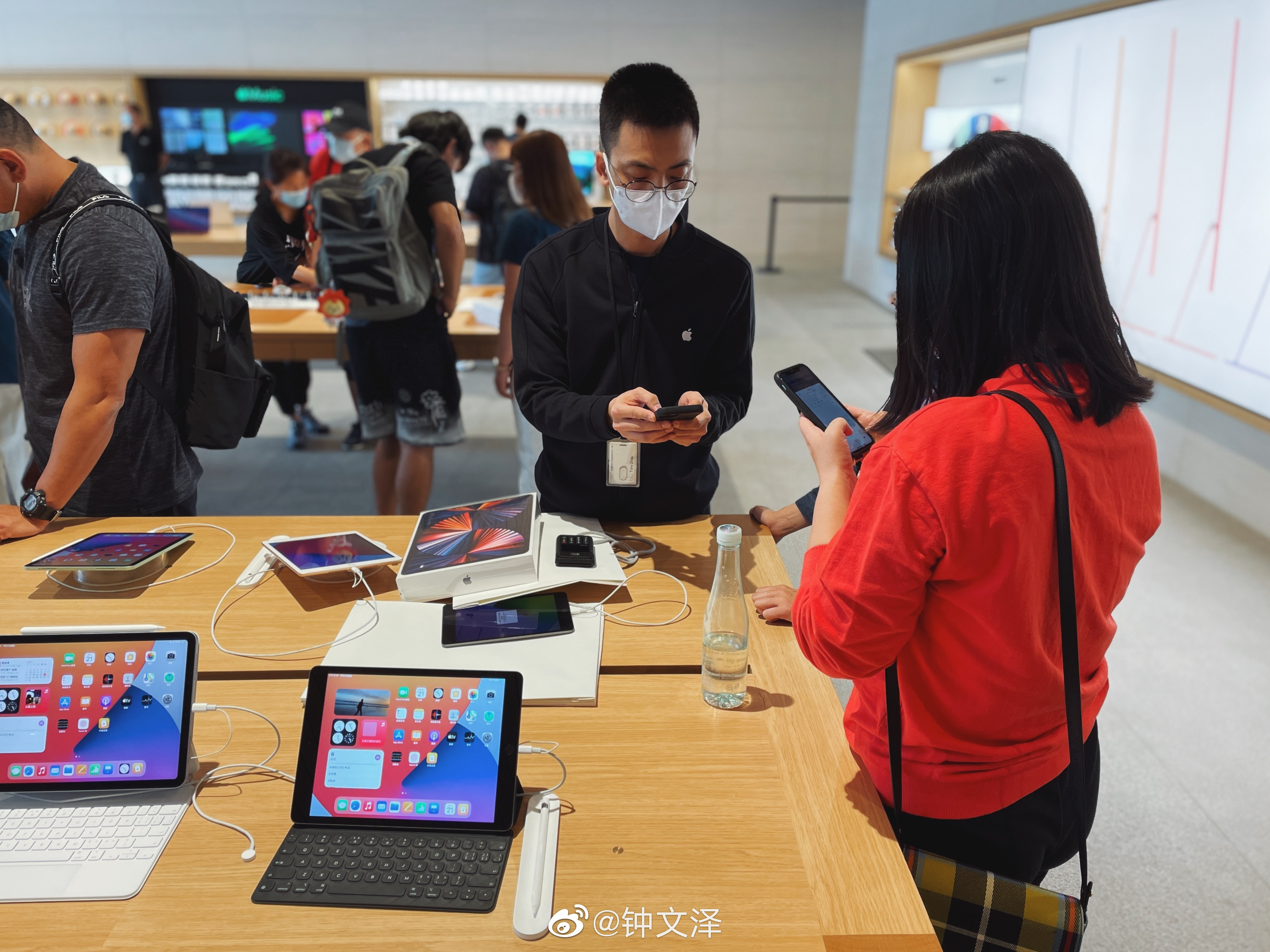 Los visitantes de Apple Sanlitun exploran el iPad Pro en el M1.