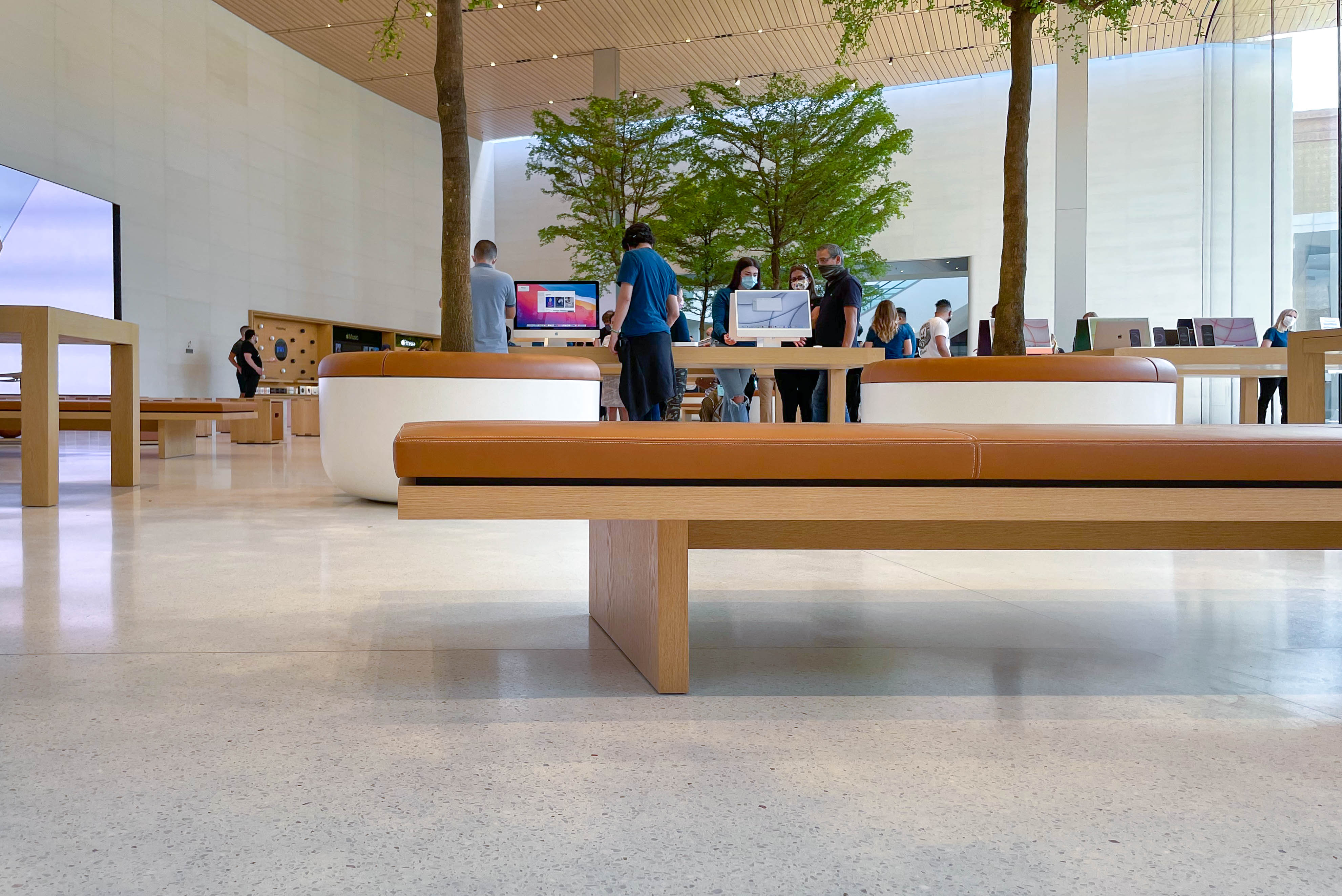 Leather benches at Apple Dadeland.