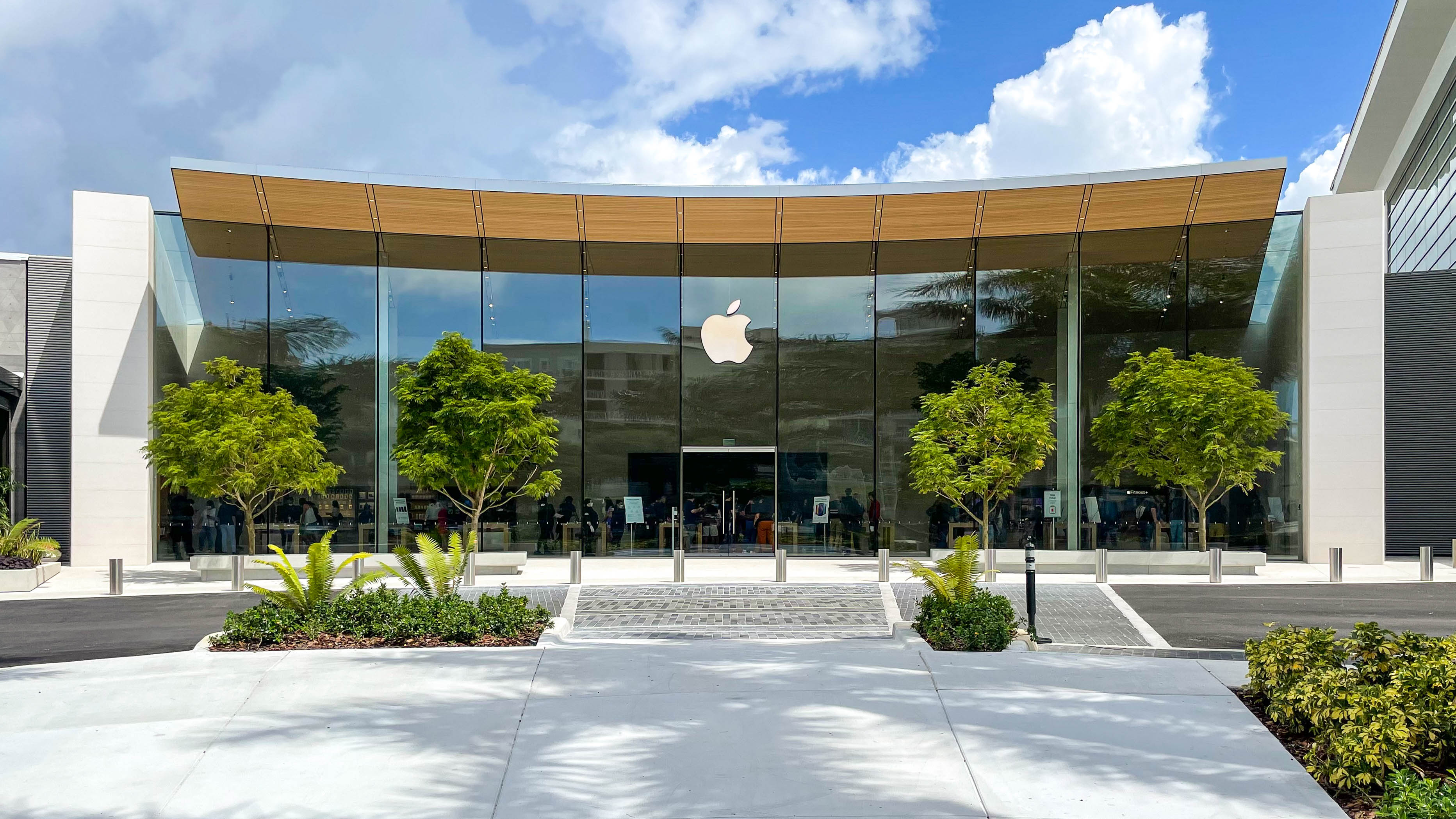 The front entrance to Apple Dadeland.