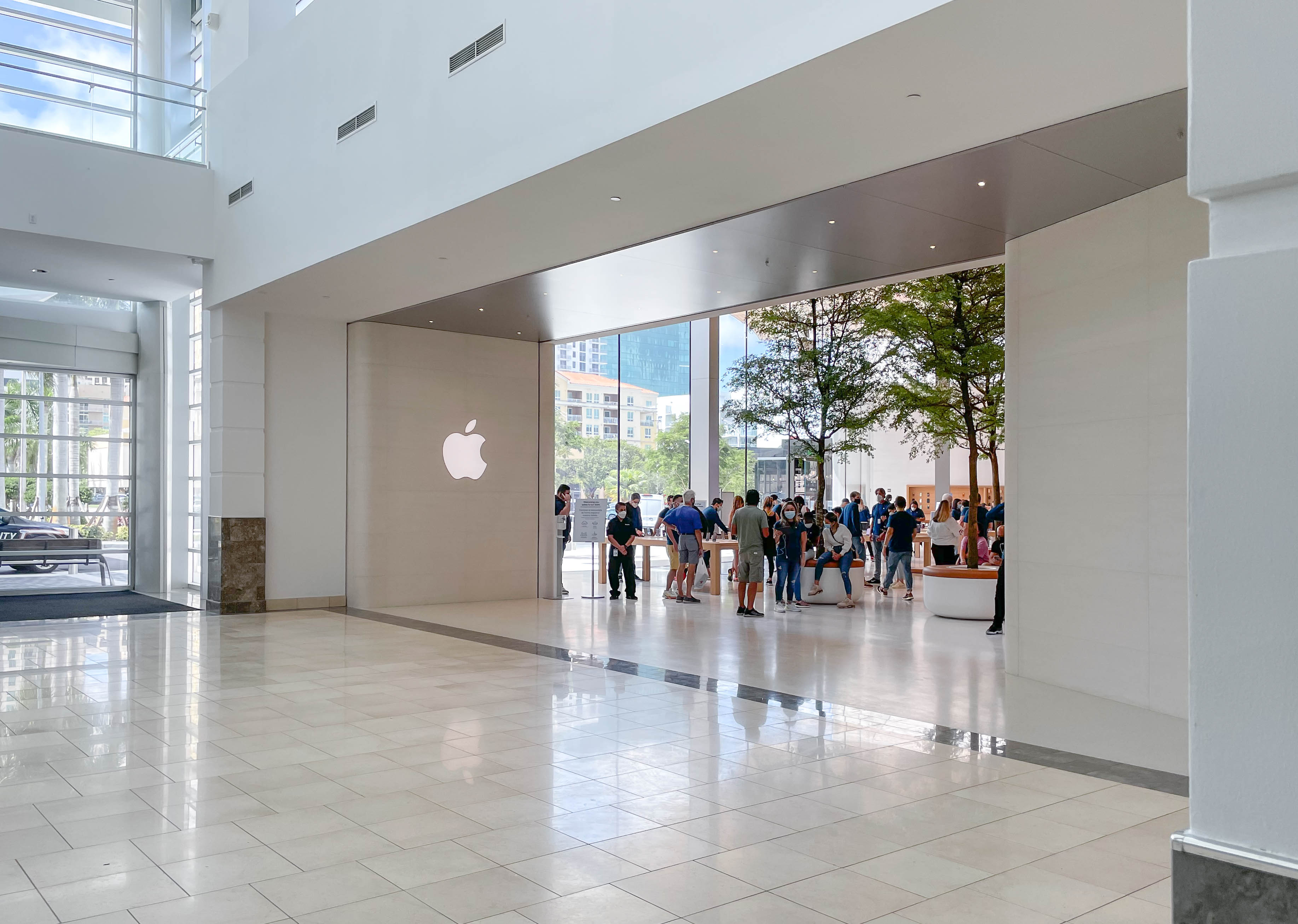 The mall entrance at Apple Dadeland.